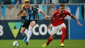 Lomba é expulso, Grêmio domina Inter e faz 2 a 0 em último Gre-Nal do ano