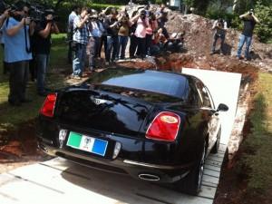 Chiquinho Scarpa coloca Bentley na cova para lembrar doação de orgãos